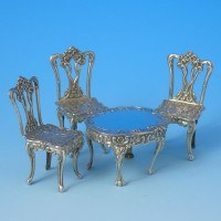 d9874a: Sterling Silver Miniature Table And Chairs Set - Hallmarked In 1985 Birmingham - Elizabeth II  - image 1